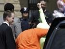 Gina DeJesusová se při návratu domů kryla před novináři žlutou mikinou s kapucí