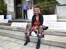 Před ostravským magistrátem lidé podepisovali petici proti vystěhovávání Romů z