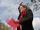 Organizátor protestů Jean-Luc Mélenchon mává lidem před projevem (5. května