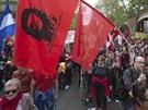 """Jeden z protestujících drží vlajku s kubánským revolucionářem Ernestem """"Che"""""""