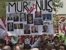 """Lidoví tvůrci si """"kopli"""" i do světových lídrů, nápis zní: Zeď idiotů."""