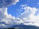 Filipínská sopka Mayon na ostrově Luzon začala chrlit popel a kameny, zabila už