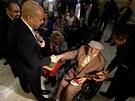 Starosta Newark Cory Booker předává Williemu Wilkinsovi jeho vojenské známky na...