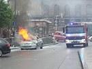 Hořící auto na Václavském náměstí v Praze.
