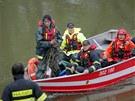 Policisté a hasiči hledají u Strážnice na Hodonínsku tři vodáky, kteří se na 1.