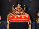 Koruna je zdobena 96 drahokamy a 20 perlami, vz�cn� kameny pro ni shrom�dil...