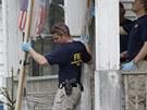 Vy�et�ovatel� FBI vyn�ej� z domu, ve kter�m byly zadr�ov�ny 10 let t�i