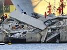Vyšetřovatelé a záchranáři prohledávají místo nehody v italském přístavu Janov.