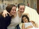 Amanda Berryov� (uprost�ed) se v nemocnici v Clevelandu se�la se svou sestrou.