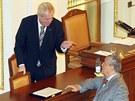 Miloš Zeman hovoří s ministrem Karlem Schwarzenbergem při své první návštěvě