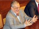 Ministr zahraničí Karel Schwarzenberg sleduje vystoupení prezidenta Miloše