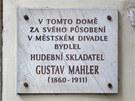 Pamětní deska na olomouckém domě U Zlaté Štiky dodnes připomíná, kde Gustav