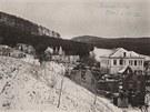 Snímek z května 1945 zachycuje školu v Javoříčku, která jako jedna z mála budov přežila vypálení obce jednotkami SS.