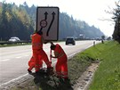 Pracovníci osazují na dálnici u Větrného Jeníkova dopravní značení.