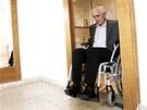 Pardubičtí zastupitelé si vyzkoušeli invalidní vozíky a slepecké hole.