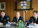 Kriminalisté Pavel Kubiš (uprostřed) a Luboš Jakoubek (vpravo) informují o