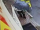 Muž byl při příchodu ke směnárně maskovaný deštníkem.