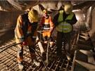 Ukládání betonu provádí čtyřčlenná četa. První pár vibruje beton, aby z něho...