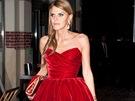 Anna Dello Russo v rudých sametových večerních šatech na přehlídce Alexander