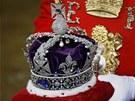 Na podu�ce se nese koruna britsk�ho imp�ria. Mezi slavn� kameny na korun� pat��