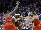 LeBron James (uprostřed) z Miami se dere ke koši Chicaga kolem Jimmyho Butlera