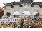 Na Taiwanu se terčem protestů stala penzijní reforma (1. května 2013).