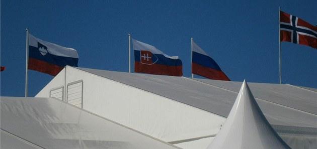 OTO�ENÝ K�Í�. Fin�tí po�adatelé pov�sili na sto�ár p�ed halou vlajku s oto�eným...