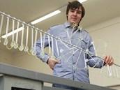 Student Mendelova gymnázia v Opavě Jan Mazáč s modelem, který představí na