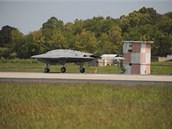 Experiment�ln� robot X-47B �sp�n� zychytil brzdn� lano.