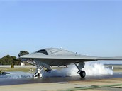 X-47B je p�ipraven ke startu pomoc� parn�ho katapultu na z�kladn�  Patuxent...