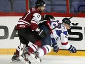 Lotyšský hokejista  Maris Jass (vlevo) v souboji s Brankem Radivojevičem.