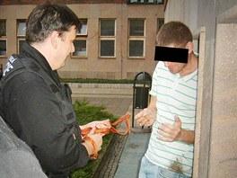 Muž po vytažení ze šachty jevil známky silné opilosti.