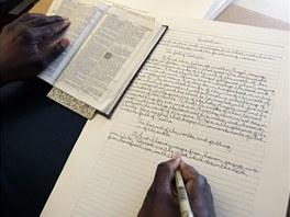 Phillip Patterson při přepisování překladu Bible krále Jakuba, která má 788