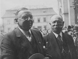 Antonín Čermák (vlevo) při návštěvě Kladna v roce 1932. Vedle něho stojí