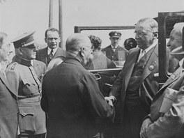 Antonín Čermák  při návštěvě Kladna v roce 1932. Vítá ho místostarosta Kladna