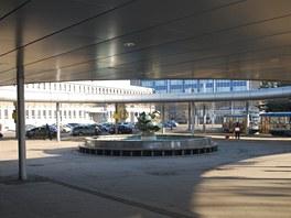 Pohled na prostor před výpravní budovou s nyní už neexistující kašnou letos v
