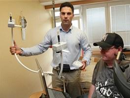 David Kozelský může řadu přístrojů ovládat jen ústy, vlevo stojí tvůrce