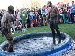 Mezi hlavní lákadla festivalu SHOW na Strahově patřily zápasy v bahně.