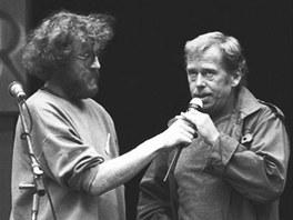 Jan Rejžek a Václav Havel si povídají na folkovém festivalu v Lipnici v roce