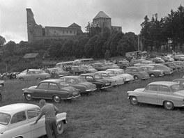 Takto vypadalo parkoviště pod hradem během červencového festivalu v roce 1961.