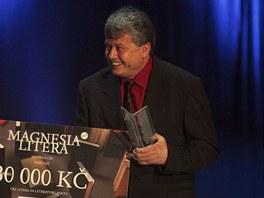 Jiří Křesťan přebírá cenu Magnesia Litera