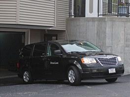 Pohřební auto, které zřejmě přivezlo tělo Tamerlana Carnajeva ke garáži