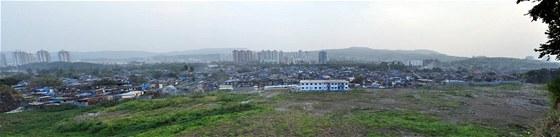 Odvr�cen� strana bou�liv�ho rozvoje - slumy v Bombaji