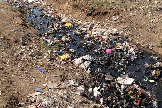 Odvrácená strana bouřlivého rozvoje - pohled na odpadky v jednom z indických