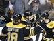 Bostont hokejist (zleva) Nathan Horton, Torey Krug a David Krej se raduj
