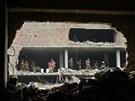 Záchranáři prohledávají trosky zřícené osmipodlažní budovy v Dháce (9. května