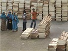 V okolí zřízcené budovy vyrostly improvizované márnice. (9. května 2013)