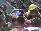 Bangladéšští záchranáři vyprostili z trosek zřícené textilky mladou ženu. (10.