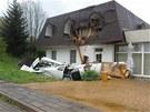 Trosky malého letadla, které havarovalo v Prostředním Lánově (11. května 2013)