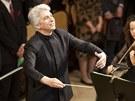 Kanadský dirigent Peter Oundjian diriguje Filharmonický orchestr francouzského